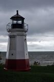 Roter und weißer Leuchtturm an einem stürmischen Tag stockfotografie