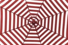 Roter und weißer Regenschirmstrand Stockfoto