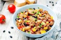 Roter und weißer Reis der schwarzen Bohnen, des Mais und der Tomate mit Huhn Stockfoto