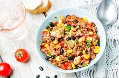 Roter und weißer Reis der schwarzen Bohnen, des Mais und der Tomate mit Huhn Lizenzfreies Stockbild