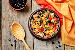Roter und weißer Reis der schwarzen Bohnen, des Mais und der Tomate mit Huhn Stockfotografie