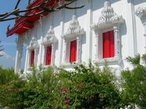Roter und weißer Tempel Stockfotos