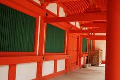 Roter und weißer Tempel-Gehweg Lizenzfreie Stockfotos
