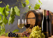 Roter und weißer Wein mit Trauben Stockfotos