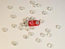 Roter USB-Blitz-Antrieb mit Herzen und Edelsteinen Stockfoto