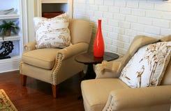 Roter Vase zwischen Stühlen Stockfotos