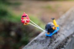Roter verärgerter Vogel Zug seine Freunde herauf den Hügel mit einem Seil befestigt Lizenzfreie Stockbilder