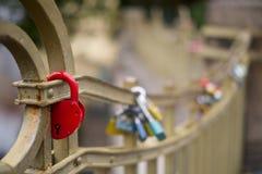 Roter Verschluss auf einer Brücke Stockbild