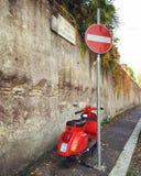 Roter Vespa Stockfoto