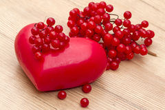 Roter Viburnum und abstraktes Herz Stockfoto