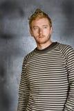 Roter vorangegangener Mann gegen Grunge Hintergrund Stockfoto