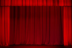 Roter Vorhang auf dem Theater- oder Kinostadium offen Stockfotos