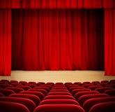 Roter Vorhang auf hölzernem Stadium des Theaters mit rotem Samt Stockbilder