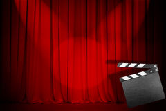Roter Vorhang des Theaters mit leerem Scharnierventilbrett Stockfoto