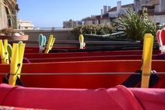 Roter Wäscherei-Trockner, bunte Stifte, Hauptanlagen, Balkon Stockbild