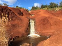 Roter Wasserfall Waimea Hawaii Stockbild