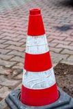 Roter weißer Kegel, zum des Verkehrs zu warnen Lizenzfreies Stockfoto