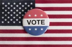 Roter, weißer und blauer Abstimmungsknopf mit US-Flagge Lizenzfreie Stockfotos