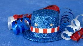 Roter weißer und blauer Hut und Band auf blauem Hintergrund stockbild