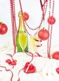 Roter Weihnachtsaufbau auf Weiß Lizenzfreie Stockfotos