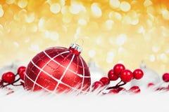 Roter Weihnachtsball auf Funkelnhintergrund Stockfoto