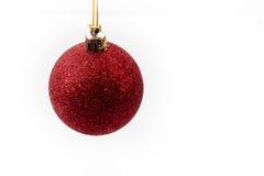 Roter Weihnachtsball, der im mitten in der Luft hängt Lizenzfreie Stockbilder