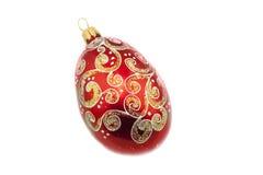 Roter Weihnachtsball mit bunten Designen Stockfoto