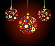 Roter Weihnachtsball mit Weihnachtsvolkmustern Lizenzfreie Stockfotografie