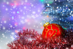 Roter Weihnachtsball unter dem Baum und dem Lametta Weihnachten Decoratio Stockfotografie