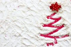 Roter Weihnachtsbaum gemalt auf Schnee Stockfotografie