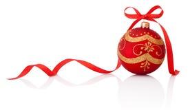 Roter Weihnachtsdekorationsball mit dem Bandbogen lokalisiert auf Weiß Lizenzfreie Stockfotos