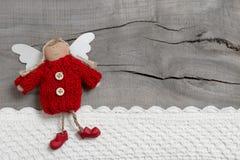 Roter Weihnachtsengel auf grauem hölzernem Hintergrund Vektor Abbildung