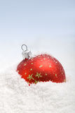 Roter Weihnachtsflitter im Schnee Lizenzfreie Stockbilder