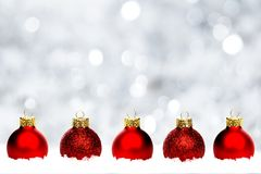 Roter Weihnachtsflitter im Schnee mit silbernem Hintergrund Stockfotos