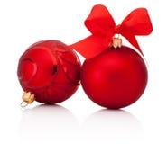 Roter Weihnachtsflitter mit Band beugt auf Weiß Stockfotos