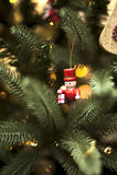 Roter Weihnachtsflitter mit Baum und Verzierung grünen Stockbilder
