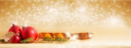 Roter Weihnachtsflitter mit Weihnachtsdekoration Lizenzfreies Stockfoto