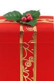 Roter Weihnachtsgeschenkkasten mit Goldfarbband Stockfotografie
