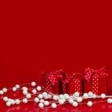 Roter Weihnachtshintergrund mit Geschenkkästen Stockfoto