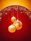 Roter Weihnachtshintergrund mit goldenen Kugeln Stockfotos