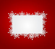 Roter Weihnachtshintergrund mit Papierschneeflocken. Lizenzfreies Stockfoto