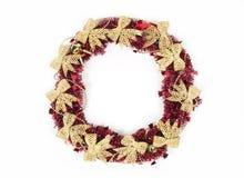 Roter Weihnachtskranz lokalisiert auf weißem Hintergrund Stockfoto