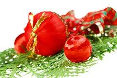 Roter Weihnachtskugelaufbau mit Thuja stockfoto