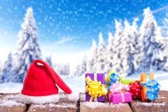 Roter Weihnachtsmann-Hut in der Winterlandschaft Stockfotografie
