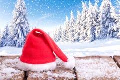Roter Weihnachtsmann-Hut in der Winterlandschaft Lizenzfreie Stockfotos