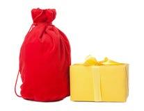 Roter Weihnachtssack und gelber Kasten,   Lizenzfreie Stockfotos