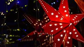 Roter Weihnachtsstern in der Nacht Stockfoto