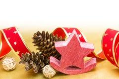 Roter Weihnachtsstern mit Dekoration über goldenem Hintergrund Stockbild