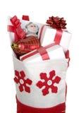 Roter Weihnachtsstrumpf gefüllt mit Geschenken Stockfoto