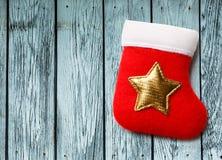 Roter Weihnachtsstrumpf mit goldenem Stern Stockfoto